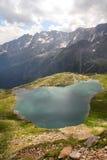 Lago in alpi Immagine Stock