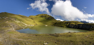 Lago in alpi svizzere con le nubi Fotografia Stock