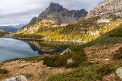 Lago alpino ad alba Fotografia Stock Libera da Diritti