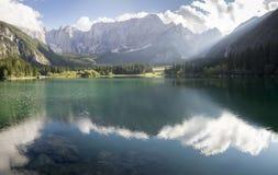 Lago alpino, alba sopra il lago alpino Laghi di Fusine Immagini Stock