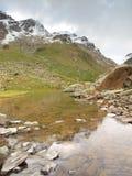 Lago alpino autumn con il livello dello specchio Fotografia Stock Libera da Diritti