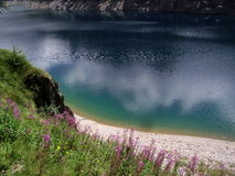 Lago alpino azul y verde, orobiche del prealpi Imágenes de archivo libres de regalías