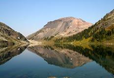 Lago alpino bonito e remoto dentro BC fotos de stock