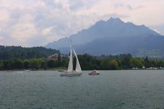 Lago alpino brumoso imagenes de archivo