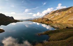 Lago alpino con cielo blu riflesso Fotografie Stock