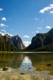Lago alpino con la valle nella parte posteriore Immagini Stock Libere da Diritti
