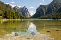 Lago alpino con la valle nella parte posteriore Fotografia Stock Libera da Diritti