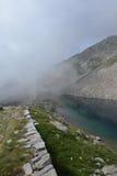 Lago alpino con nebbia, alpi marittime, Italia Immagini Stock