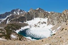 Lago alpino congelado Imagen de archivo
