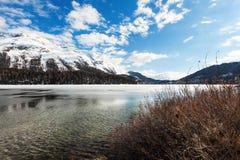 Lago alpino congelado Foto de archivo