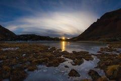 Lago alpino congelado alta altitude, opinião do fisheye no por do sol Fotografia de Stock