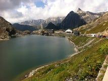 Lago alpino de la montaña Foto de archivo