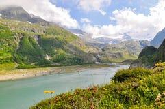 Lago alpino del ghiacciaio della montagna nelle alpi della Svizzera Immagini Stock