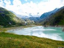 Lago alpino del ghiacciaio della montagna nelle alpi della Svizzera Fotografia Stock Libera da Diritti