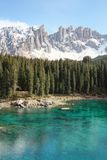 Lago alpino delle dolomia, lago Carezza Fotografie Stock