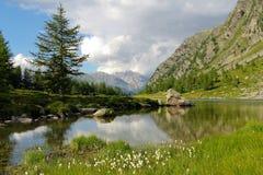 Lago alpino di Arpy nella valle d'Aosta Immagini Stock
