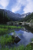Lago alpino em montanhas rochosas Foto de Stock Royalty Free