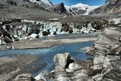 Lago alpino en el alto camino alpino de Grossglockner en las montañas austríacas fotografía de archivo libre de regalías