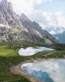 Lago alpino en las dolomías foto de archivo