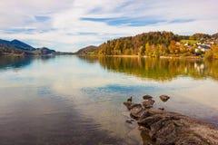 Lago alpino Fuschlsee ed in alpi austriache Fotografia Stock