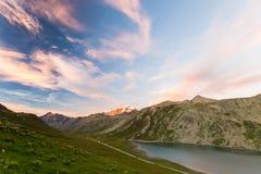 Lago alpino high altitude, catena montuosa di Gran Paradiso al tramonto Fotografia Stock Libera da Diritti