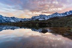 Lago alpino high altitude, reflexiones en la puesta del sol Foto de archivo