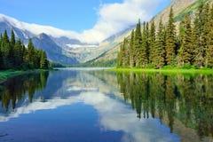 Lago alpino Josephine sulla traccia del ghiacciaio di Grinnell in Glacier National Park fotografie stock