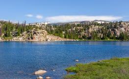 Lago alpino a lo largo de la carretera de Beartooth Parque de Yellowstone, Wyoming Imagenes de archivo
