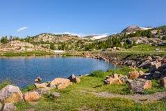 Lago alpino a lo largo de la carretera de Beartooth Parque de Yellowstone, Wyoming Fotos de archivo libres de regalías