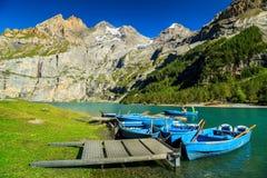 Lago alpino maravilhoso com montanhas altas e geleiras, Oeschinensee, Suíça fotografia de stock royalty free