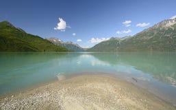 Lago alpino na região selvagem Fotos de Stock