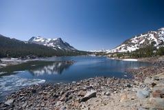 Lago alpino na serra elevada fotografia de stock