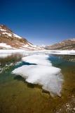Lago alpino na serra elevada foto de stock