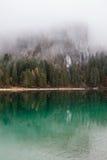 Lago alpino nella mattina nebbiosa Immagini Stock Libere da Diritti