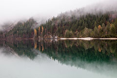 Lago alpino nella mattina nebbiosa Fotografie Stock Libere da Diritti