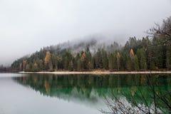 Lago alpino nella mattina nebbiosa Fotografia Stock Libera da Diritti