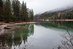 Lago alpino nella mattina nebbiosa Fotografia Stock