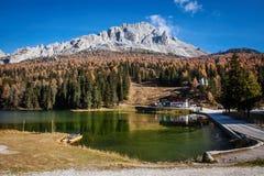 Lago alpino nella mattina soleggiata Fotografia Stock