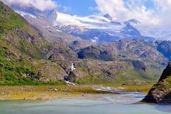 Lago alpino stupefacente del ghiacciaio della montagna nelle alpi della Svizzera Fotografia Stock