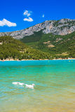 Lago alpino turquoise fra le alte montagne Immagini Stock Libere da Diritti