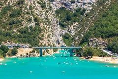 Lago alpino turquoise fra le alte montagne Fotografie Stock