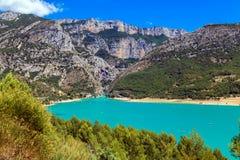 Lago alpino turquoise fra le alte montagne Fotografia Stock