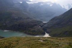 Lago alpino verde alto en las montañas imagen de archivo libre de regalías