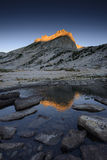 Lago alpino y pico del norte del soporte Conness en la salida del sol Imagen de archivo