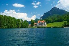 Lago Alpsee en Hohenschwangau cerca de Munich en Baviera foto de archivo