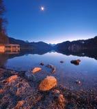 Lago Alpsee in Germania alla notte in primavera Fotografie Stock