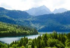 Lago Alpsee nella foresta e nelle montagne delle alpi. La Baviera, Germania Fotografia Stock