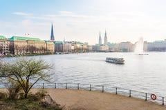 Lago Alster a Amburgo con Jungfernstieg e townhall nel fondo il giorno di molla soleggiato Fotografie Stock Libere da Diritti