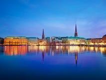 Lago Alster e città di notte amburgo Immagine Stock