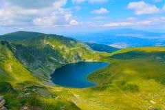 Lago alto en las montañas Fotos de archivo libres de regalías